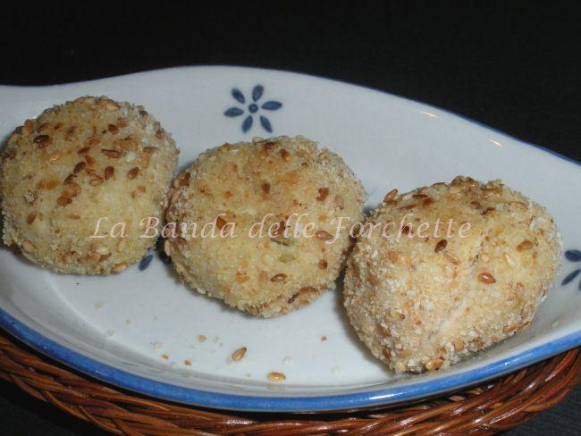 Crocchette di pollo, olive e prosciutto cotto in panatura di sesamo
