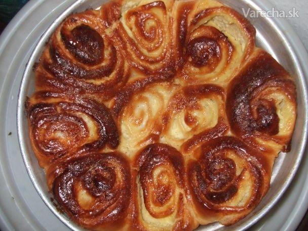 Tento recept pochádza z Francúzska. Ide o kysnutý koláč (pečivo) plnený vanilkovým  krémom-Crème pâtissière. Tento originálny recept som dlho hľadala, vyskúšala a keďže  som bola s výsledkom spokojná, posúvam recept ďalej ....