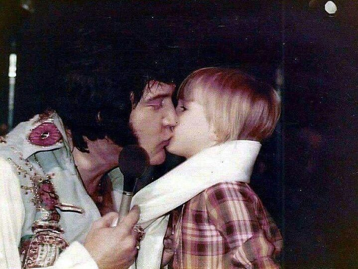 """Résultat de recherche d'images pour """"pictures elvis kisses fans"""""""