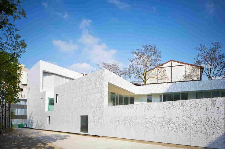 Перфорированный фасад детского сада в Париже