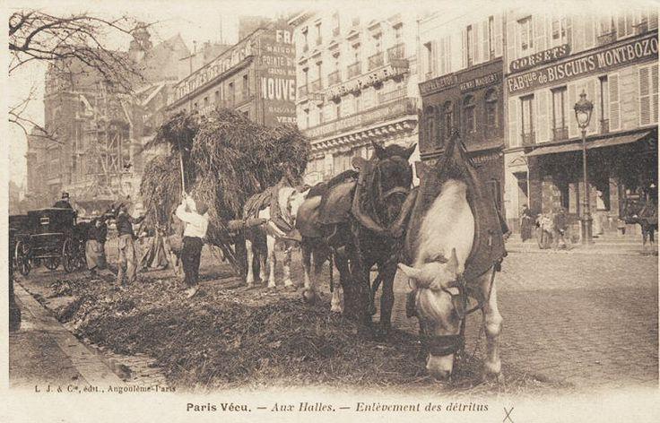 http://www.parisrues.com/imagesold/011halles03.jpg - Les Halles le matin, l'enlèvement des détritus... (ancienne carte postale, vers 1900).