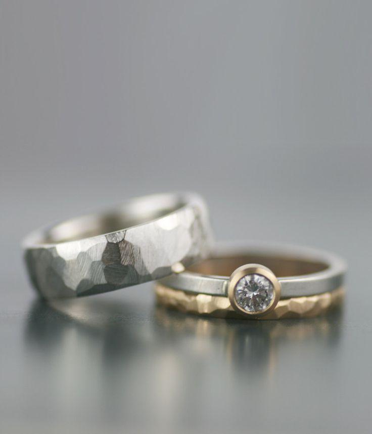 Moissanite en gemengde metalen trouwring set  Minimalistische, moderne, tijdloze ontwerp. Deze ringen trotseren gender en geven u een mooi alternatief voor de ringen uw Bekijk elke dag. Een prachtig alternatief voor de traditionele diamant rock dit ca. 4.5mm moissanite solitaire geeft de schittering van diamant op een fractie van de kosten. (Een echte diamant kan worden vervangen. Neem contact met mij op met de gewenste kleur en helderheid voor de prijzen)  SPECIFICATIES:  Deze set bevat…