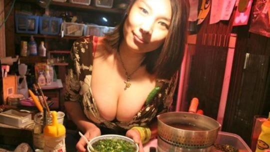 Oppai Ramen di Tokyo, Wisata Kuliner Dengan Pelayanan Koki Berpayudara Besar