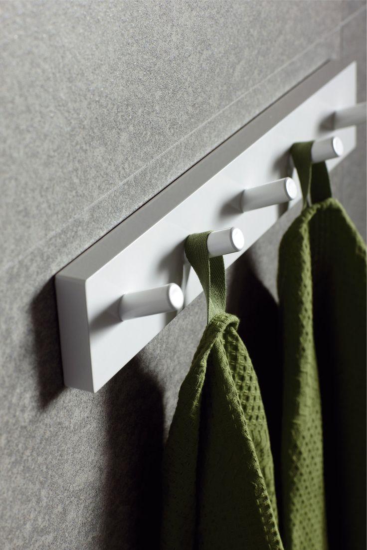 Valkoinen pyyheripustin minimalistiseen kotiin. - White towel hook for minimalist style home.