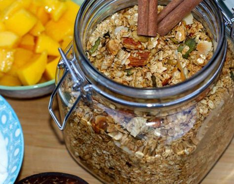 Lag din egen smarte granola og spis den sammen med gresk yoghurt eller syrnet melk og gjerne litt friske eller frosne bær.