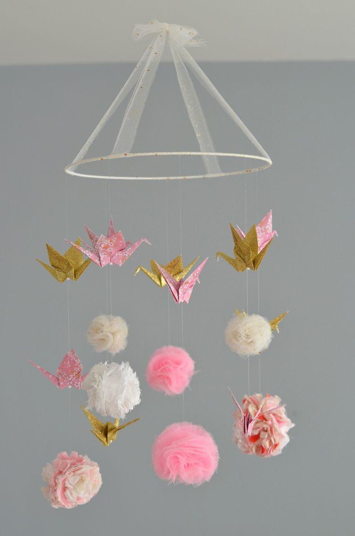 Mobile pompons (tissu, tulle, ...) et grues en origami / Sur commande : Puériculture par lafabriquedesptitsbouts
