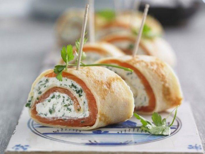 Crêpe-Röllchen mit Lachs und Frischkäse für ein kaltes Buffet. Noch mehr Rezepte gibt es auf www.Spaaz.de