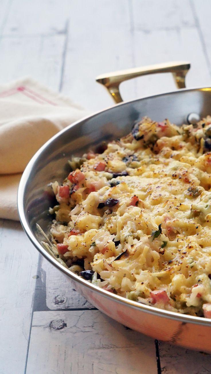 Arroz Cremoso de Forno com bastante queijo, presunto, salsinha, azeitonas e mais o monte de outras delícias. Receita rápida, fácil, prática que salva vidas!