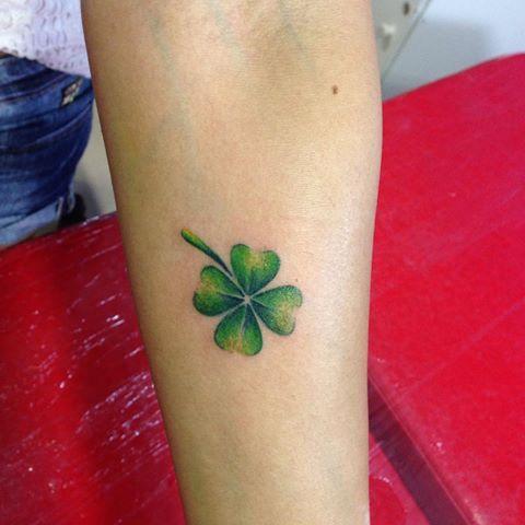 Satisfação enorme fazer essa tatuagem, a cliente veio de Recife só p fazer a tatuar comigo, isso é muito gratificante. #tattoo #trevo #tatuagensdelicadas #tatuagensfemininas #clover #clovertattoo #sorte #luck #trevodequatrofolhas #recife