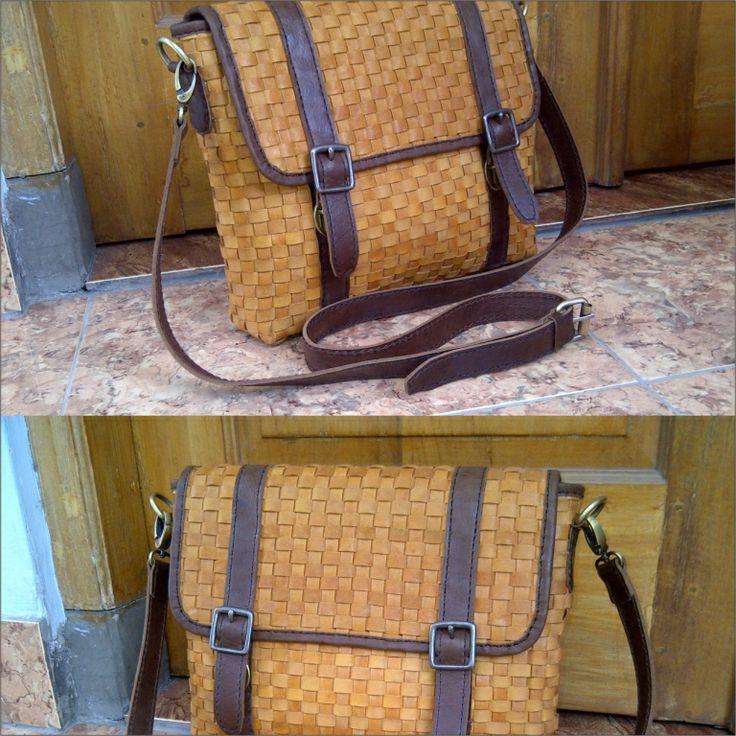 Tas kulit anyaman ini dapat digunakan untuk penggunaan sehari-hari atau untuk penggunaan profesional.
