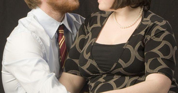Como remover os pelos pubianos. Os pelos indesejados no corpo de seu pênis não são apenas feios, mas podem causar problemas de relacionamento ou até mesmo de saúde. Alguns parceiros costumam achar os pelos nessa área pouco atraentes ou até mesmo incômodos durante a relação sexual. Isso também pode causar alguns problemas de saúde, como pelos encravados ou maus odores. Se a área ...