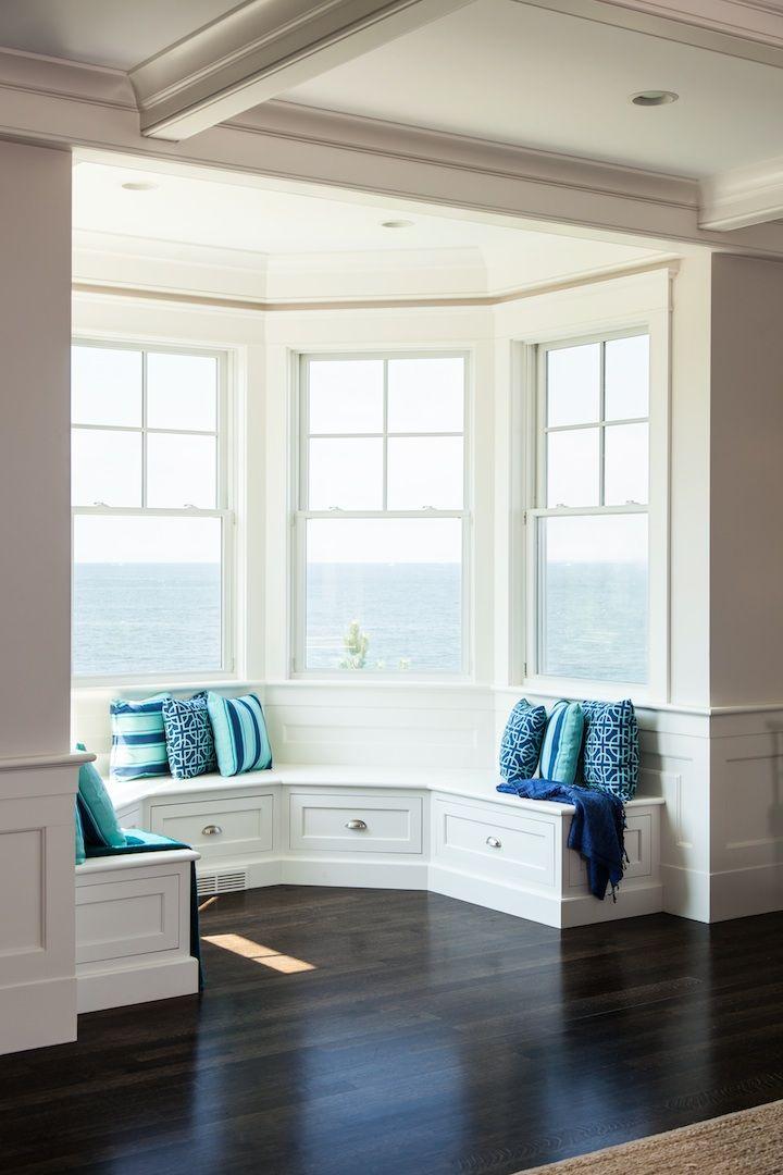 Sala de estar com assentos modulados com gavetas
