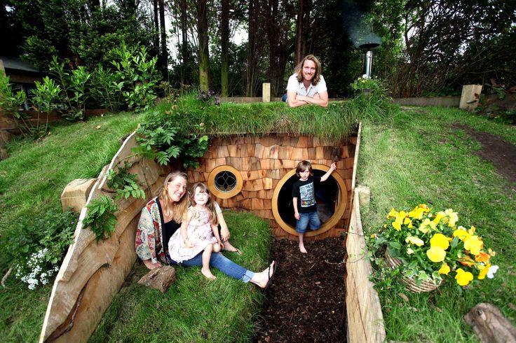A Bolton en Angleterre, une famille a construit une maison de hobbit. Bon, c'est juste une maison de jardin pour les enfants mais il y a tout le confort, et même une cheminée et un canapé-lit sculpté dans un arbre. C'est en regardant le Seigneur des anneaux que l'idée a germé dans l'esprit du papa.