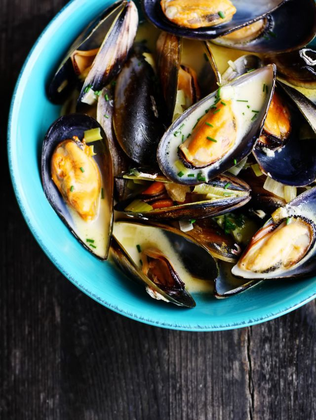 Wait what?! Mussels and… blue cheese?! So those who know me well would understandably, be a little perplexed and confused by the fact that I have a blue cheese recipe on the blog. And that I actually