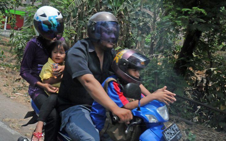 Met het hele gezin op de brommer, onderweg op Java. Rondreis - Vakantie  - Indonesië - Java