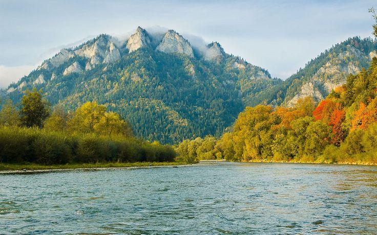 Národní park Pieniny – pohled na dominantu parku, výrazný vápencový vrchol Trzy Korony (Tři koruny), ležící v Polsku. Tento nejvyšší a nejzajímavější vrch ve vlastních Pieninách má ve skutečnosti nikoliv tři, ale pět vrcholových skalních věží a některé jsou až 100 m vysoké. Nejznámější oblastí v Pieninách je Prielom Dunajce, kde si řeka vyhloubila klikatou cestu napříč vápencovým pohořím.