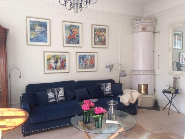 Blå sammetssoffa Valen Nitar, sammet, sammetsmöbler, sammetstyg, soffa, vardagsrum, kakelugn