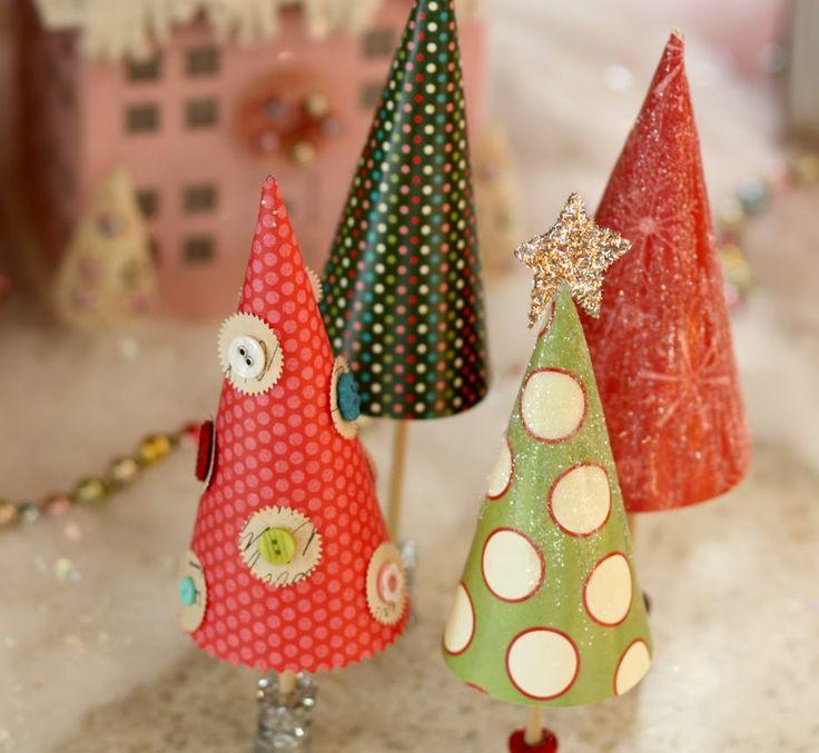 Alberi di Natale creati con coni di carta regalo