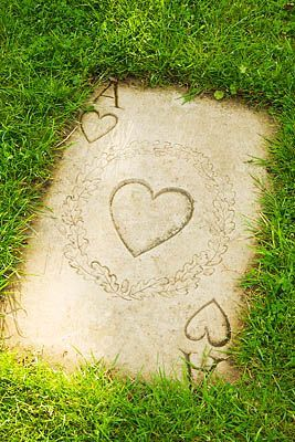 STEPPING STONE IN THE GRASS IN THE FORM OF AN ACE OF HEARTS- Alice in Wonderland garden!