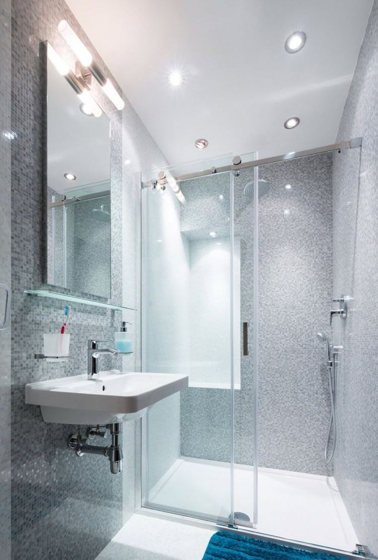 luminaire salle de bains des spots encastrs sur le plafond avec une douche italienn - Eclairage Salle De Bain Norme