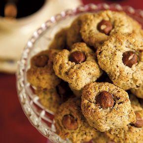 Lättgjorda kakor med få ingredienser som är ett måste för alla nötälskare. Ca 24 st 180 g hasselnötter 50 g smör 1 ägg 1 dl strösocker Garn
