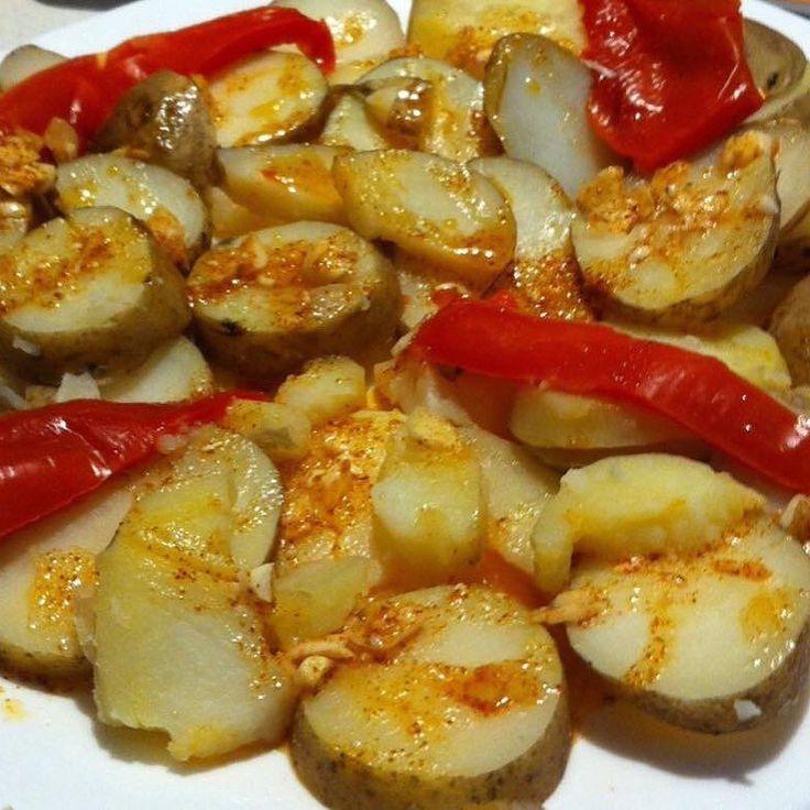 Comidas con alegría. Cachelos de Coristanco con salsa de escabeche para acompañar....#patata #potatoes #potato #galicia #Pontevedra #RiasBaixas #winter #cooking #foodie #foodpic #food #foodblogger #foodgasm #foodporn #pornfood #foodstagram #foodphotography #foodlover #foodforthought #green #foods #foodpics #foodies  #foodgram #love #amazing #cool #hungry #meal @galifornia_gal @galiciagastro by gastroypolitica