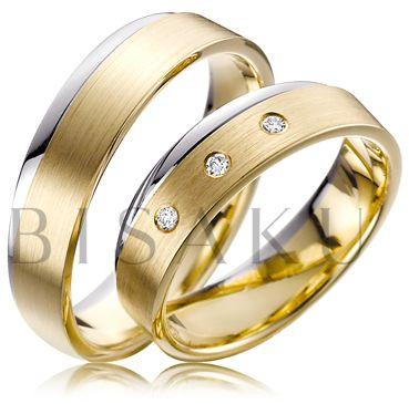 A49 Střídmost, nadčasovost jsou hlavními pilíři designu těchto prstenů. Zaujmou především nositele šperků ze žlutého zlata, kterým se budou tyto snubní prstýnky příjemně kombinovat. Jemné zaoblení bílého kraje je poutavou změnou v jinak střídmém pojetí. Tři brilianty jsou v dámském prstenu. #bisaku #wedding #rings #engagement #brilliant #svatba #snubni #prsteny