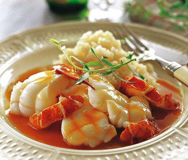 Fisk med hummer à lArmoricaine är en läcker och lyxig rätt som enkelt gör din middag till en fest. Låt smaken av detta mäktiga skaldjur ackompanjerad av vitt vin, mustig kalvfond, dragon och persilja förgylla din fiskrätt. Servera med nykokt ris.