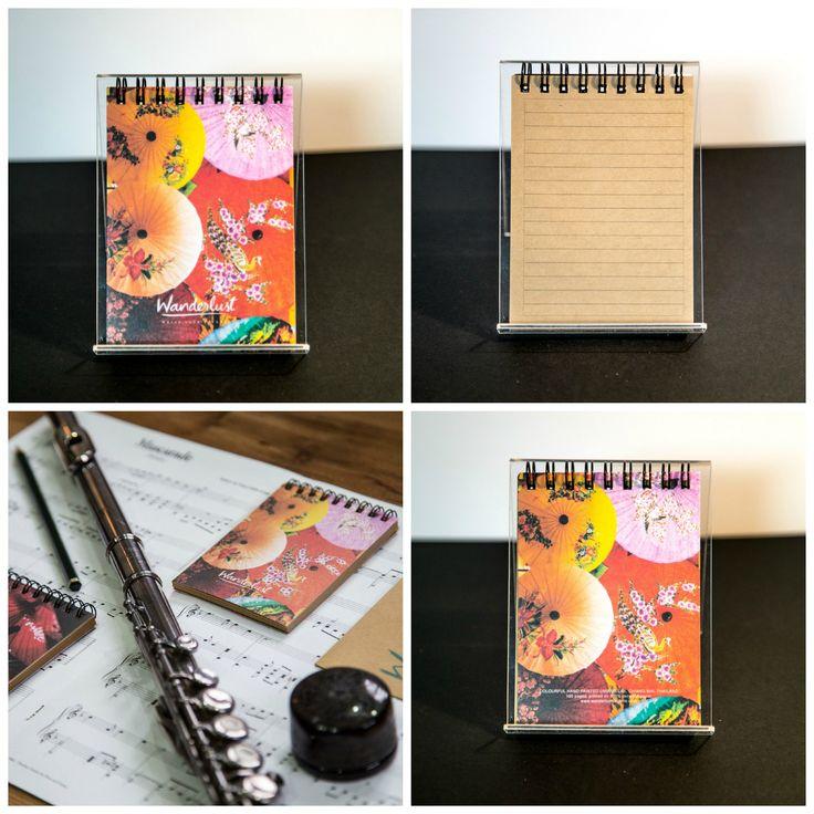 Ce carnet Wanderlust fait partie d'une collection de carnets de voyage dont les thèmes s'inspirent des fragrances, des couleurs, du mysticisme et de la beauté de l'Asie du Sud-Est. Ce voyage mystique nous emmène au Village des Ombrelles, à Chiang Mai, dans le nord de la Thaïlande. Design: Ombrelles de Thaïlande  Format: L8 x H11, 100 pages,  Papier: Couverture imprimée sur du papier recyclé Shiro Echo, pages imprimées sur du papier kraft avec des lignes. Encre: végétale Reliure: spirale…