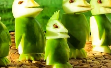 Van fruit kun je de mooiste creaties maken. Laat je snel inspireren door onderstaande video's! Een muis van een citroen Pinguins van een appel Vogels van een watermeloen Een dolfijn van een banaan Een schildpad van een ananas