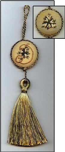 This Monogram Keyhole Tassel. Muito charmoso, pra lá de chic! Adorei a idéia.