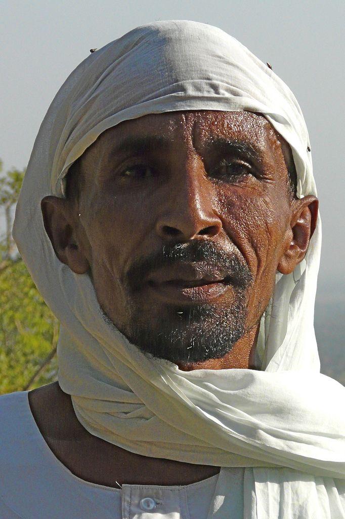 https://flic.kr/p/5Losz3 | The hidden people of Liri | In het dorpje Liri in de top van een heuvel in het Nuba gebergte leeft een autonome gemeenschap. Het is een helse en zware beklimming om daar te komen. De dorpsbewoners wonen en leven  er al jaren volledig afgeschermd van de bewoonde wereld. Kinderen en volwassenen doen huppelend de beklimmingen voor de dagelijkse voedselbevoorrading.   Eens we de top bereikt hadden, zien we een mooie vallei met hutjes en wat gewassen op de velden. De…
