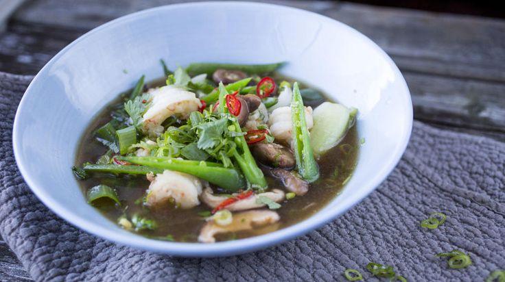 En varmende buljong er knallgodt. Her er det både chili og sitrongress som slår an tonen i en aromatisk buljong som serveres med sukkererter og sjøkreps.