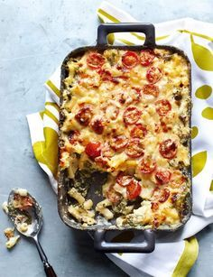 Macaroni cheese with spinach, tomatoes and spring onions. Yummy Italian main course recipe.