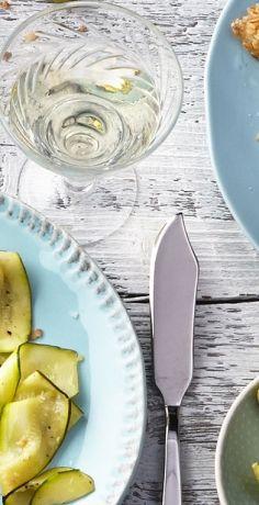 Für ein leckeres, schnell zubereitetes Abendessen sorgt die Komposition aus Viktoriabarsch, Haferflocken und Zucchini. Probieren Sie das REWE Rezept selbst aus »  https://www.rewe.de/rezepte/viktoriaseebarschfilets-im-haferflockenmantel-mit-zucchinistreifen/
