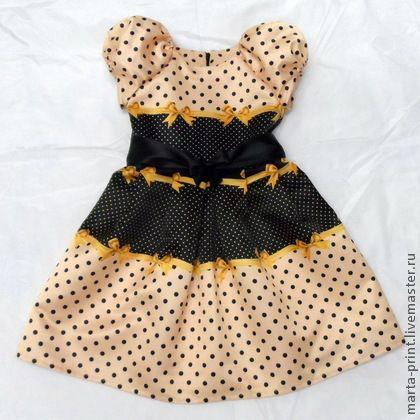 Платье в горошек золотого цвета. Нарядное платье из коллекции 'Цветной горошек с ленточками' Классический рисунок в новом исполнении. Платье подойдет на любой торжественный момент. Ткань с принтом не линяет при стирке.  Новая модель с рукавом…