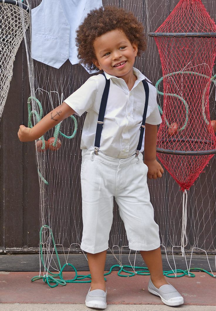 Ce petit garçon porte notre bermuda Paul ivoire ainsi que notre chemise Marius à manches courtes en ivoire également.