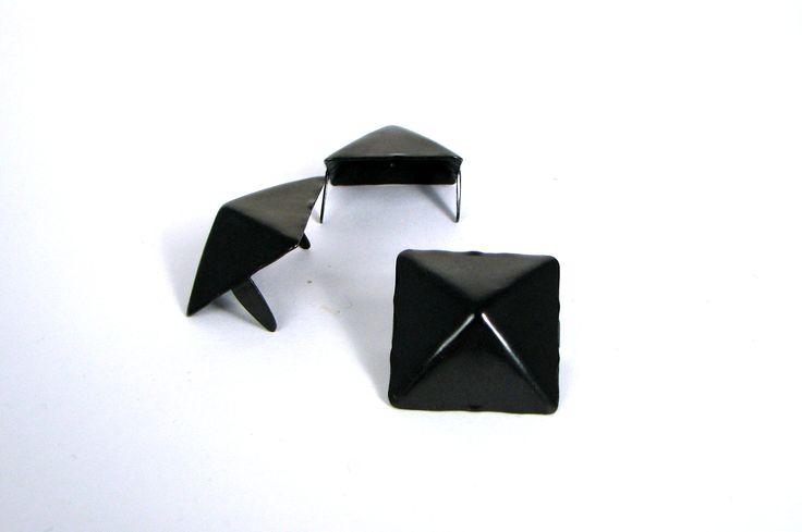 """stud - Pyramid Giant 1"""" Black  ☆ Bag of 25 - $9.92 ☆ Bag of 1000 - $292.82 ☆ Bag of 100 - $33.32"""