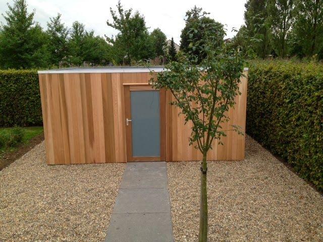 super strak modern tuinhuis uit western red ceder met staande delen.