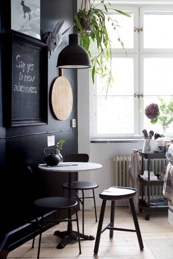 coin cuisine table blanche pied noir tabouret noirs mur noir