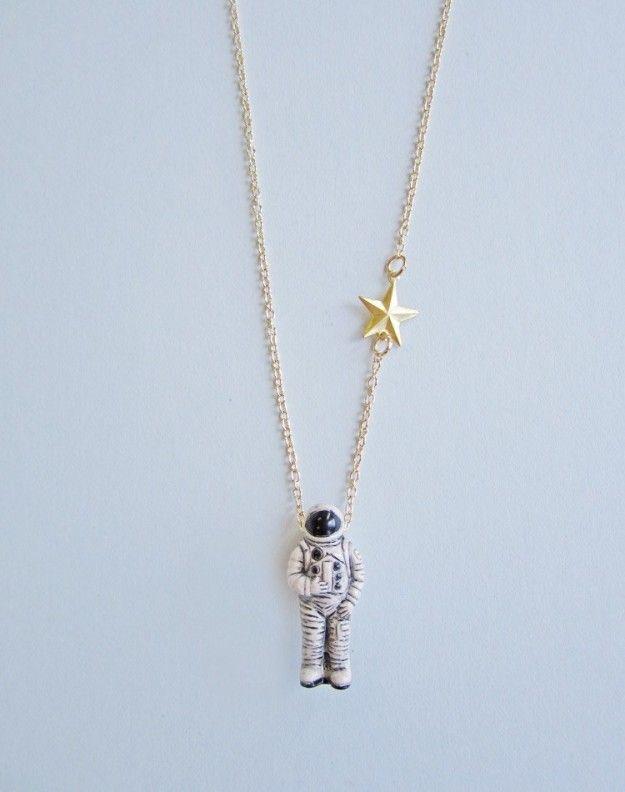 Si tu sueño de toda la vida fue ser astronauta, este pequeño amigo llegará a consolarte ($449). | 16 Accesorios que necesitas en tu vida si sueñas con el espacio exterior