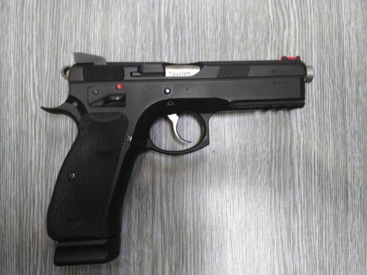 Pistole CZ SP 01 Shadow - Dobrý den, prodám samonabíjecí pistoli CZ 75 SP-01 Shadow v ráži 9 mm Luger. Hlaveň o 10 mm delší. Pistole koupena 08.08.2016 v Uherském Brodě v Podnikové prodejně CZUB. Tedy je ještě v záruce! Z pistole vystřeleno cca 1000 ran. Jedná se o model, který se vyvážel do Austrálie, proto ta hlaveň. Jinak je vše jako u klasické Shadow. Pistole opatřena světlovodnou muškou. Ke zbrani jsou dva zásobníky, oba kapacita 19 nábojů. Zbraň není nijak upravovaná, jak jsem ji…