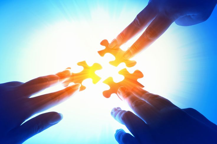 Keď sa spolu s druhým človekom sústredíte na jeho problém a chcete ho vyriešiť, vôbec mu tým nepomôžete, lebo obaja živíte problém svojou energiou.. Je dôležité, aby ste si to obaja uvedomili a aby ste sa sústredili na to, čo chcete..Prvou príčinou jeho problému sú totiž práve jeho myšlienky a sústredenie na to, čo nechce. Musí preto túto reťazovú reakciu prerušiť. Veďte svojich blízkych k tomu, aby mysleli na to a hovorili o tom, čo chcú. Len tak vždy nájdu riešenie.