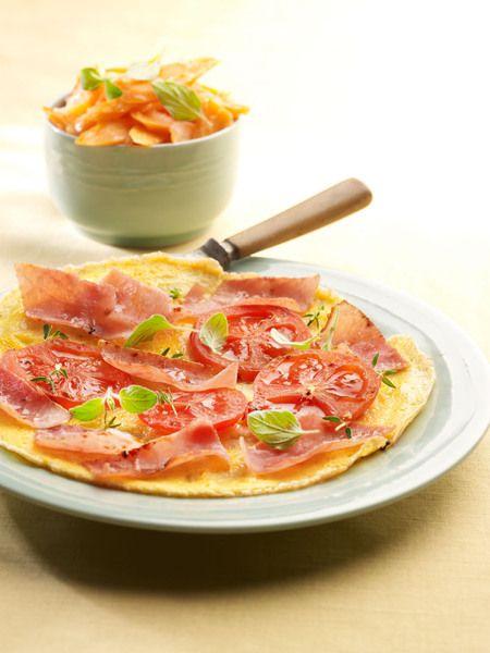 Een overheerlijke omelet met meesterlyck-ham en tomaat, salade met jonge wortelen en oregano, die maak je met dit recept. Smakelijk!
