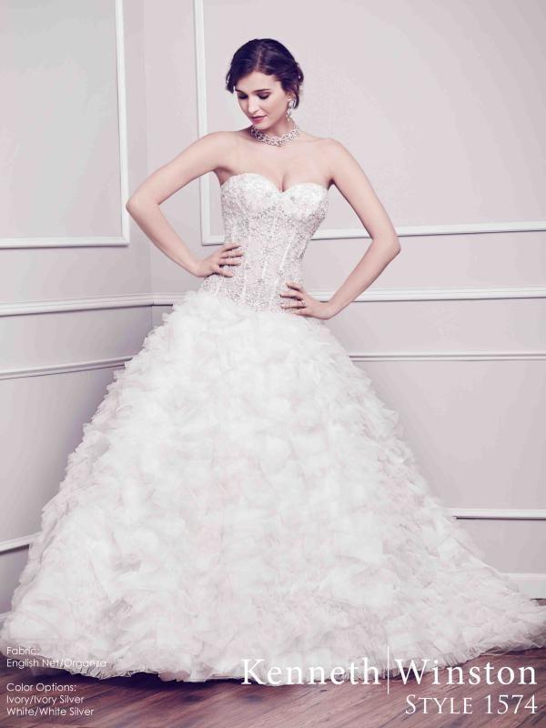 Gazdag díszítés, habos rétegekkel kombinálva. #kennethwinston #weddingdress #eskuvoiruha