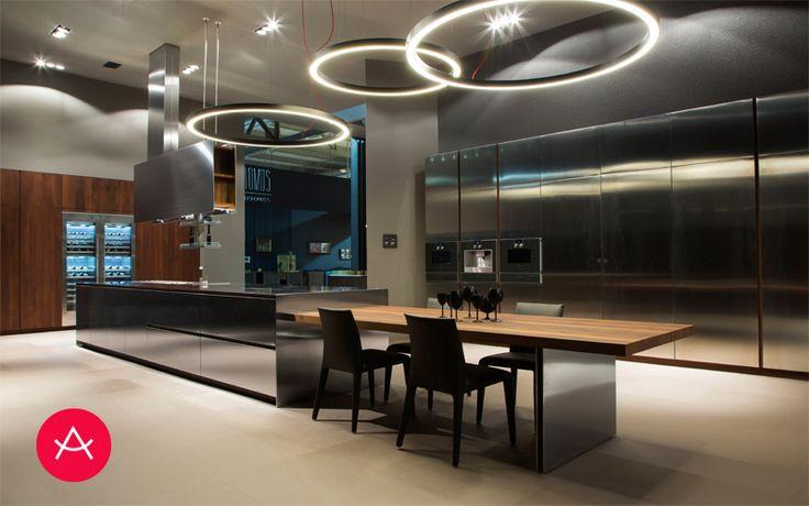 Impresionante y atrevida propuesta en acero. Es una cocina industrial adaptada a cualquier hogar, con iluminación que une el ambiente de cocina y de office