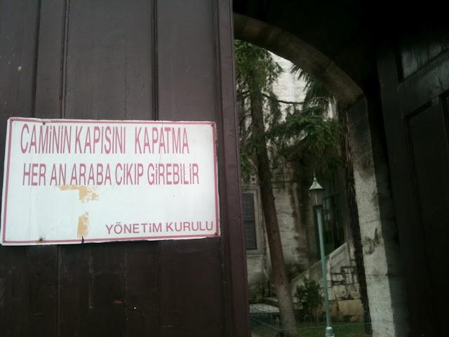 Üsküdar Meydanındaki Caminin Kapısı.