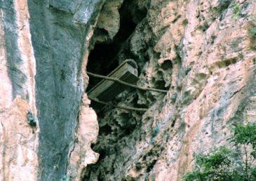 Los ataúdes colgantes en el río Yangtsé se observan suspendidos en las cumbres rocosas.tradición centenaria dictaba que los familiares de los más pudientes suspendieran a sus difuntos en lo alto de montañas rocosas