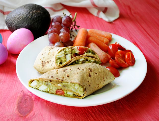 This easy tuna salad wrap from @kimscravings is low in sugar--and only 226 calories! #avocado  #myfitnesspal