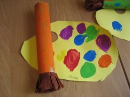 jufjanneke.nl - Kunst in de klas. Palet met penselen. De penselen zijn gemaakt van een keukenrol met haren van crêpepapier.